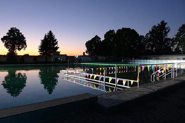 Blaue Stunde im Schwimmbad